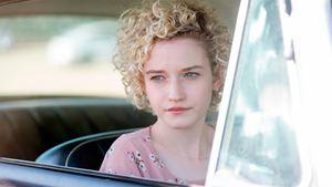 Julia Garner podría ser la estafadora Anna Delvey en la primera serie de Shonda Rhimes para Netflix