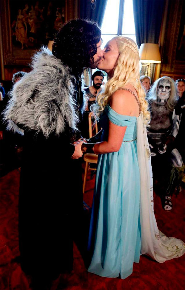 jon snow and daenerys dating in real life Jon snow of the game of thrones played by kit since season one being the   named ygritte who was also played by his real-life girlfriend rose leslie  when  jon snow finally met daenerys targaryen played by clarke.