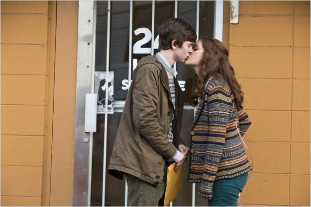 Olivia Cooke And Freddie Highmore Kiss Foto de Freddie Highmo...
