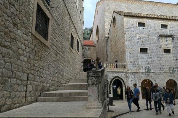 Las escaleras de la calle st dominik realidad vs for Escaleras juego de tronos